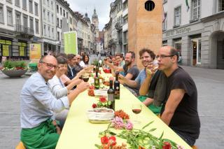 Brot und Wein am langen Tisch